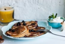 Magnificent oatmeal pancakes with blueberries are ideal for breakfast. Photo and recipe from potionsquirrel.ru