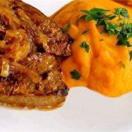 Печень с тимьяном, карамелизированным луком и тыквенным пюре