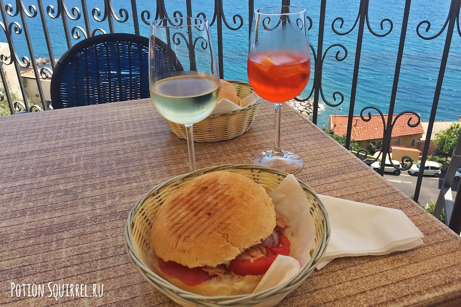 Сэндвич с тунцом из итальянкого кафе над морем