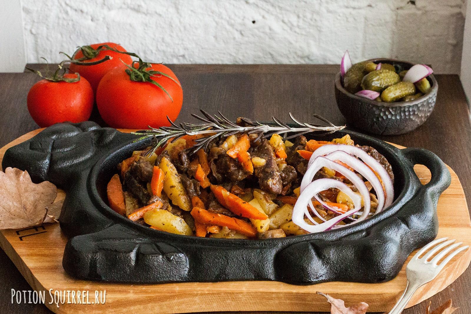 Рассыпчатая пропаренная говядина, тушеная с овощами и пряными травами