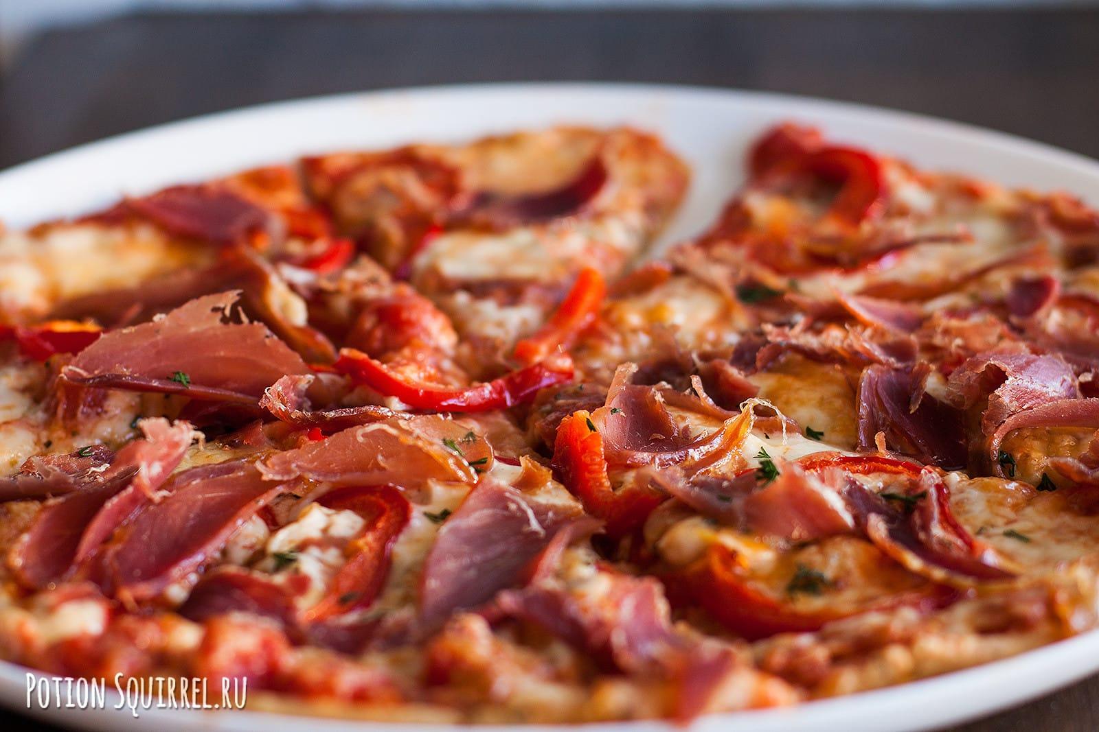 Сочная пицца с двумя видами сыра, ветчиной и перцем по рецепту от potionsquirrel.ru