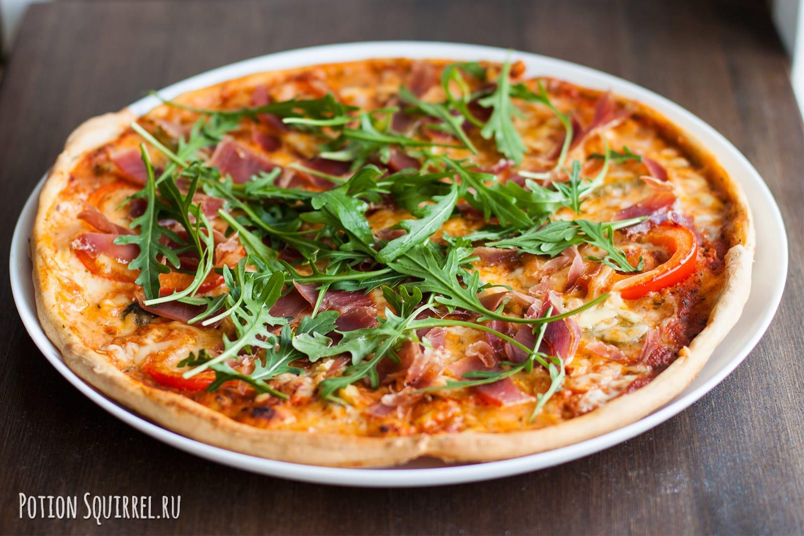 Пицца с козьим сыром, прошутто и рукколой - рецепт пошаговый с фото