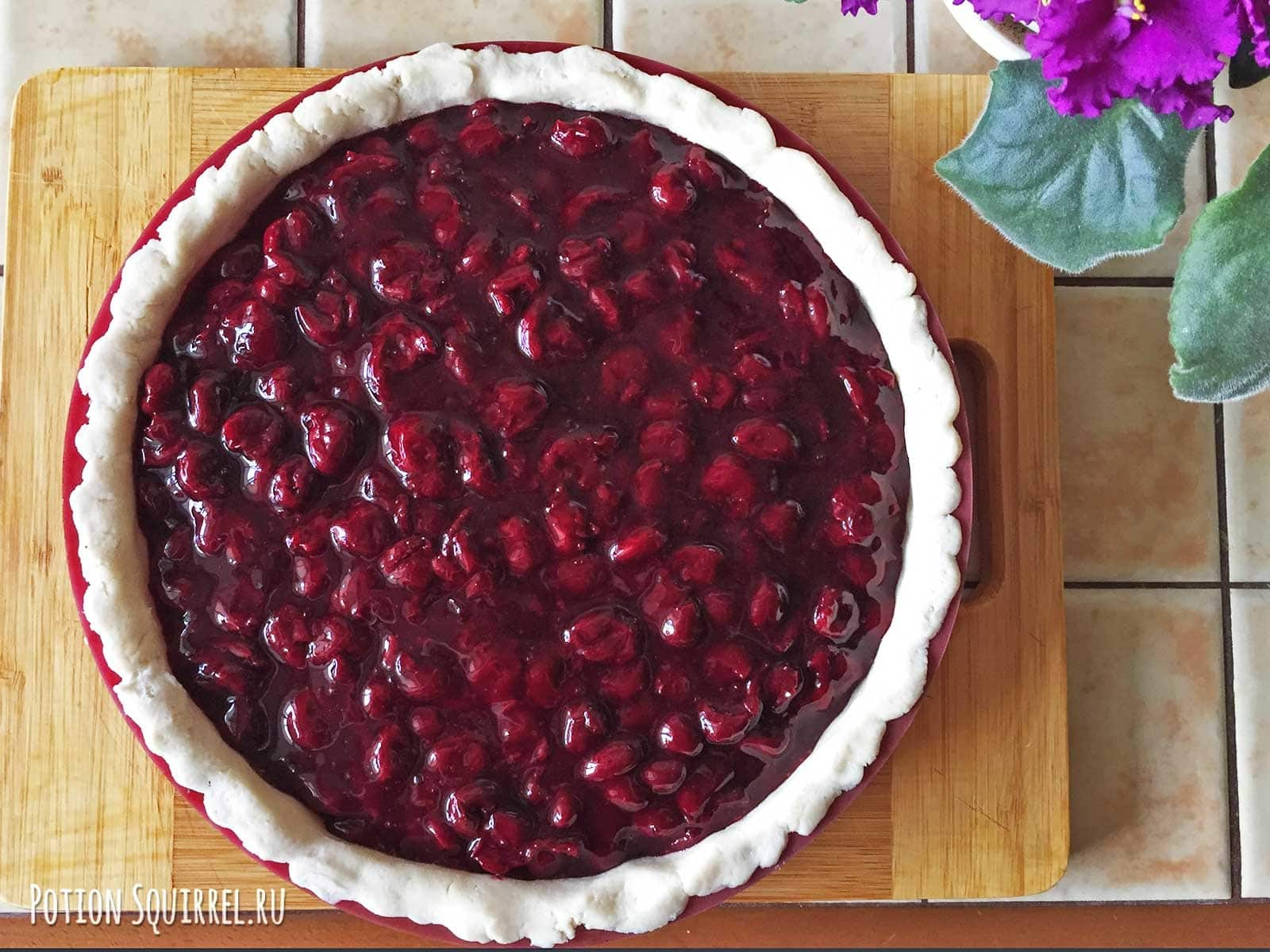 Пирог с вишней: выкладываем начинку