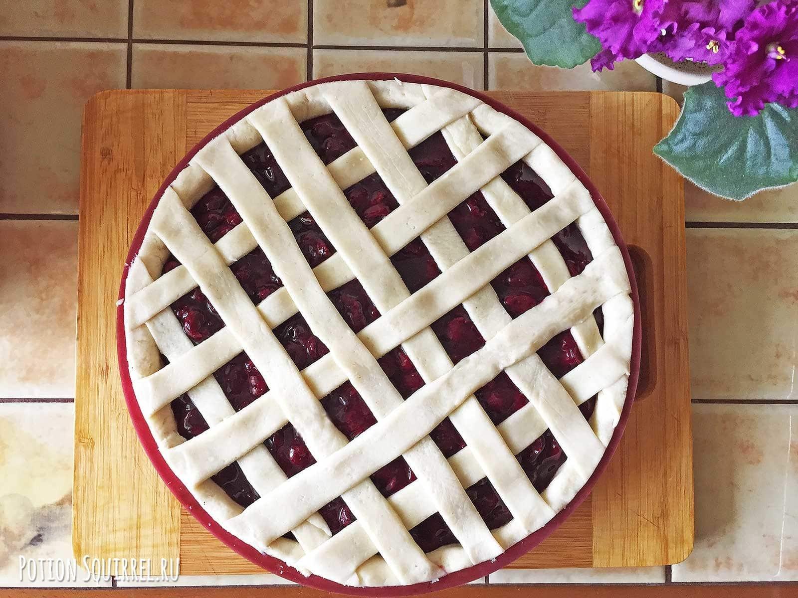 Пирог с вишней: украшаем пирог сеточкой из остатков теста