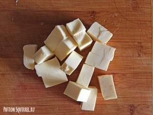 Сливовый крамбл: Порежьте масло кубиками. Рецепт от potionsquirrel.ru