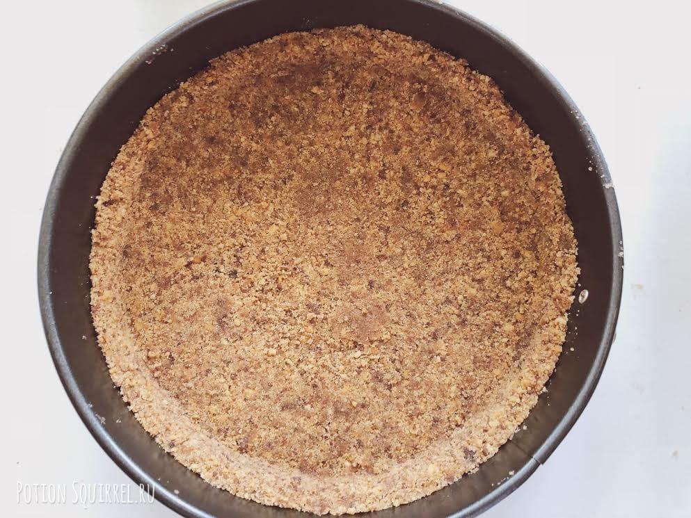 Клубничный чизкейк без выпечки: выложить массу в форму