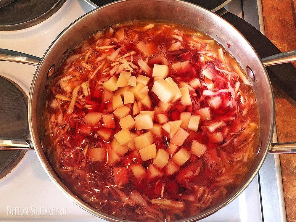 Рецепт классического борща: добавьте в бульон тушеную свеклу, капусту, морковь и картофель
