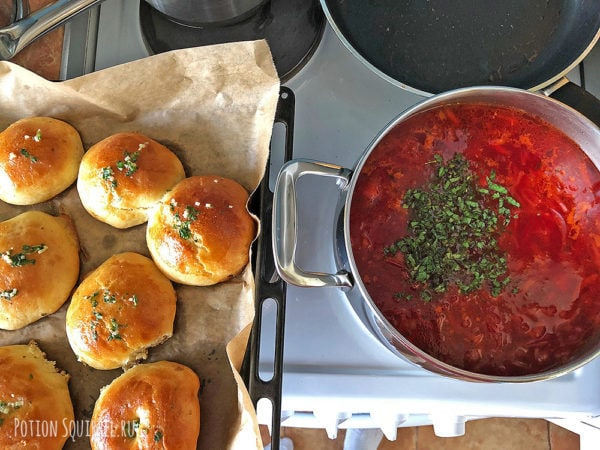 Рецепт классического борща: Я еще испекла пампушки с чесносным маслом и травами
