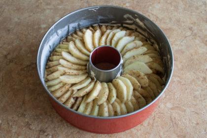 Яблочный пирог: Аккуратно в 2 слоя уложите яблоки. рецепт potionsquirrel.ru