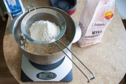 Яблочный пирог: Отмерить 180 гр пшеничной муки. Рецепт potionsquirrel.ru