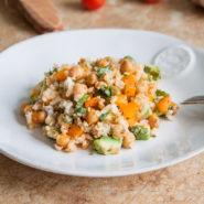 Полезный теплый салат из бурого риса с нутом и авокадо