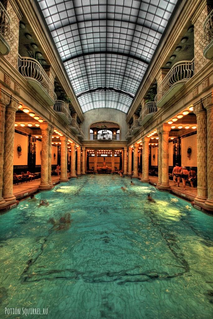 Крытый бассейн купален Геллерт