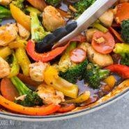 Куриная грудка на сковороде с овощами
